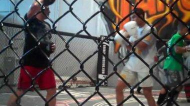 Vitor Belfort тренира на лапите