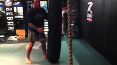 Joe Rogan демонстрира въртящ удар с крак