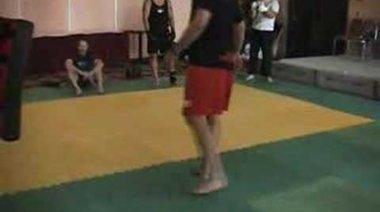 Chuck Liddell показва въртящ удар с крак