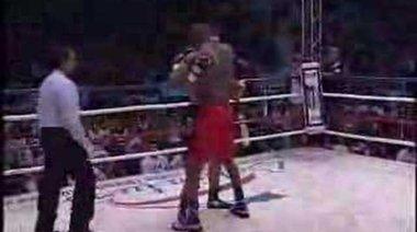 Vitor Belfort разгромява боксьор
