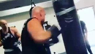 Тайсън Фюри засипва боксовия чувал с тежки удари