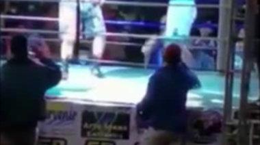 Боксьор побесня и срита в главата своя съперник